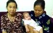 Hà Nội: Bé gái gần 6 tháng tuổi bị bỏ rơi trước cửa chung cư