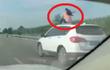 Hóng gió trên nóc xe đang chạy vận tốc 70km/h, người phụ nữ gặp rắc rối ngoài dự liệu