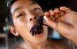 7 ngày qua ảnh: Cậu bé Campuchia ăn nhện khổng lồ