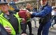 Trộm xe hơi gần khu vực cảnh sát đóng chốt, hai tên trộm nhận đòn trừng phạt thích đáng