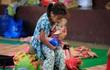 24h qua ảnh: Bé gái bế em nhỏ trong trại sơ tán ở Philippines