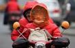 24h qua ảnh: Người Trung Quốc bịt kín mặt đi xe máy để chống lạnh và ô nhiễm