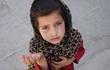 Bán bút kiếm tiền, hành động nhỏ của cô bé mồ côi mới 3 tuổi khiến bạn phải ngả mũ nể phục