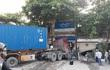 Xe container va xe bồn rồi đâm thẳng vào nhà dân lúc sáng sớm