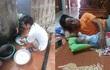 Ứa nước mắt chuyện con gái sinh mổ về nhà ở cữ, bố dậy từ 4 giờ đun nước, nấu cơm