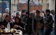 Nghèo đói, vô gia cư, thất nghiệp khiến người dân Hy Lạp xếp hàng dài nhận đồ cứu trợ