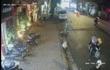 Đôi nam nữ đưa bé 5, 6 tuổi đi ăn trộm xe máy bị camera ghi lại
