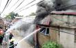 Hà Nội: Xưởng tái chế đồ nhựa bốc cháy dữ dội giữa trưa