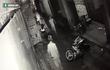Thanh niên tung cú đạp trời giáng khiến 2 tên cướp ngã sõng soài