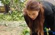 Xúc động cảnh Phạm Hương khom lưng, quét rác cho người dân vùng bão