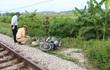 Vượt đường, người đàn ông đi xe máy bị tàu hỏa kéo lê cả chục mét, tử vong tại chỗ