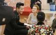 """Quá nhiệt tình với thí sinh The Voice, MC Nguyên Khang bị nói """"mê gái đẹp"""""""
