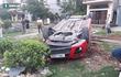 Xế hộp đâm xe máy rồi lật ngửa giữa đường, 5 người bị thương