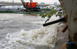 """""""Siêu bơm"""" thể hiện khả năng chống ngập, nước cuồn cuộn đổ ra sông Sài Gòn"""