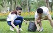 Hoa hậu Biển Phạm Thùy Trang dọn rác trong công viên
