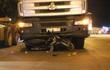 Mẹ đang chở hai con qua đường thì bị xe container kéo lê, cả ba nguy kịch