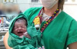 Bức ảnh em bé sơ sinh đang gây bão trên mạng xã hội, lý do không ai có thể ngờ tới