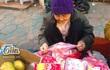 Cụ bà 79 tuổi ngồi co ro bán bao lì xì mưu sinh bên vệ đường