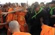 Căng thẳng gia tăng quanh chùa Thái có nhà sư bị tố tham ô
