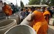 Sư chùa Thái dùng ống cống, thép gai chặn quân đội