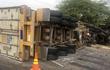 Xe container húc ôtô tải đang dừng đèn đỏ văng vào nhà dân