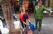Phạt 6 triệu đồng người phụ nữ vứt rác ra vỉa hè phố cổ