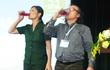 Lãnh đạo doanh nghiệp uống thuốc diệt cỏ trước hàng trăm người