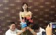 Cảnh Điềm bị chỉ trích vì để hai người quỳ gối phỏng vấn
