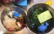 """Bữa cơm với """"đặc sản"""" canh mồng tơi cá nhựa của """"đầu bếp nhí"""" siêu đáng yêu gây sốt mạng"""