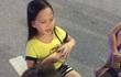 Clip: Bé gái xinh xắn dạy tiếng Việt cho du khách nước ngoài thu hút người dân ở phố đi bộ Hồ Gươm