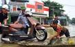 Chùm ảnh: Kiếm bộn tiền từ việc chèo đò qua điểm ngập nặng trong đợt lụt lịch sử tại Ninh Bình