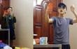 Thanh niên sống ảo thay cả núi quần áo một lúc chỉ để có một chiếc clip đẹp đăng Facebook