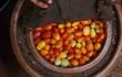 """Chiếc """"tủ lạnh"""" đặc biệt của giáo viên người Nigeria: Không cần cắm điện vẫn giữ thức ăn tươi ngon đến 27 ngày"""