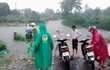 Trên đường đi làm về, 2 vợ chồng bị nước lũ cuốn trôi