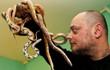 7 ngày qua ảnh: Dị nhân người Pháp chơi đùa với những con rắn sắc màu