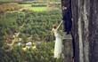 Cặp đôi liều mạng chụp ảnh cưới trên vách đá cao hơn 100m