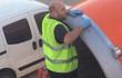 Giải ngố: Tại sao ông chú này lại dùng băng dính để dán máy bay? Làm vậy có nguy hiểm không?