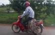Người đàn ông bá đạo nhất năm: Dùng hẳn con cá sấu thật đang còn sống làm... yên xe máy