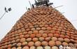 Độc đáo 'cây thông' Noel được làm bằng hàng nghìn chiếc nồi đất