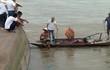 Tàu chở cát lật trên sông Hồng, thuyền trưởng mất tích