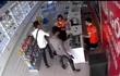 Hai nam thanh niên cầm hung khí xông vào cửa hàng điện thoại cướp tài sản
