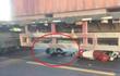 Cô gái thoát chết thần kỳ khi người và xe nằm gọn trong gầm container