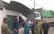 Xe tải đâm chết một phụ nữ rồi tông sập nhà dân