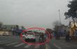 Clip: Xe máy chặn đường ô tô vượt đèn đỏ và cái kết