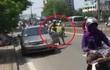 CSGT ôm cổ, quặt tay người lái ô tô trên phố Hà Nội