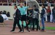 """HLV Park Hang-seo giận dữ vì bị trợ lý trọng tài """"đuổi"""" về chỗ ngồi"""