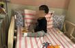 Bố mẹ đi làm xa, bé trai 3 tuổi bị khoá trong nhà cạnh thi thể ông bà suốt 2 ngày
