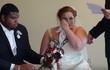 Nghe nội dung lá thư bí mật gửi đến cho mình, cô dâu chú rể cùng òa khóc