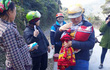 9 cô giáo giúp sản phụ đẻ rơi trên đường