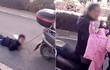 Phẫn nộ cảnh bà mẹ Trung Quốc trói con trai sau xe máy kéo lê trên phố
